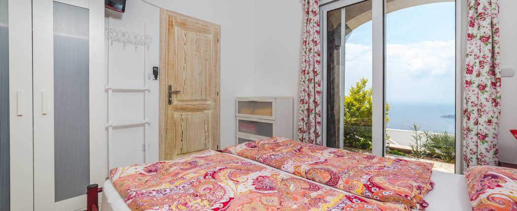 Bedroom II with double bed and sea view