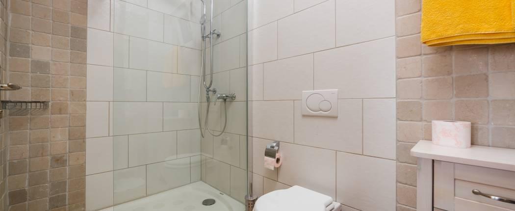 Bathroom II with shower