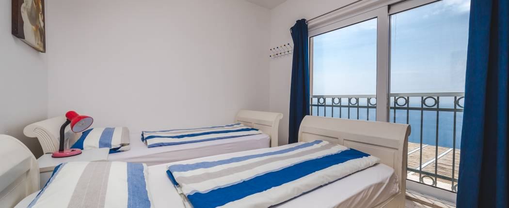 Bedroom III with single beds and sea view