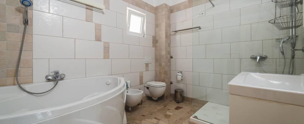 Bathroom IV with shower and bath