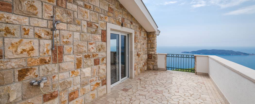 Big balcony with out door shower and sea view