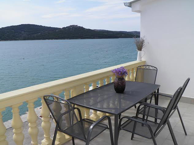Apartments Tisno, 10 m from the sea
