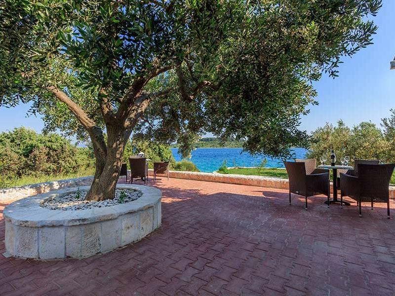 Ferienhaus mit Pool 30 m von Strand Okrug Gornji, Ciovo