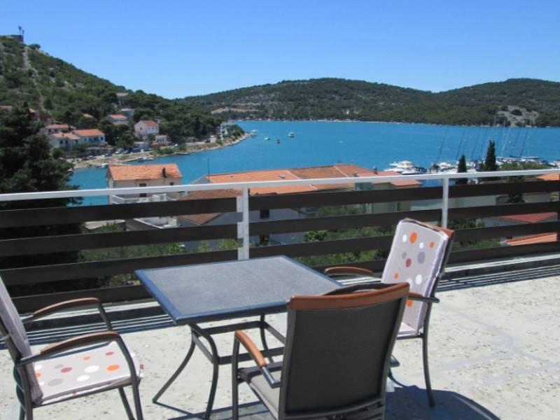 Apartmaji Villa Sinka, 200 m od plaže,  Tisno, otok Murter, Dalmacija, Hrvaška