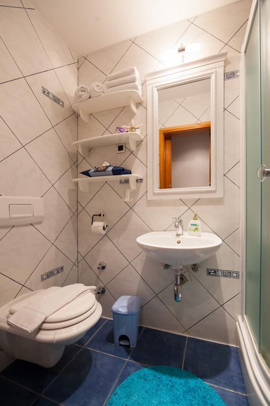 Počitniška hiša Komiza, Otok Vis, Dalmacija, Hrvaška Masterbedroom bathroom first floor