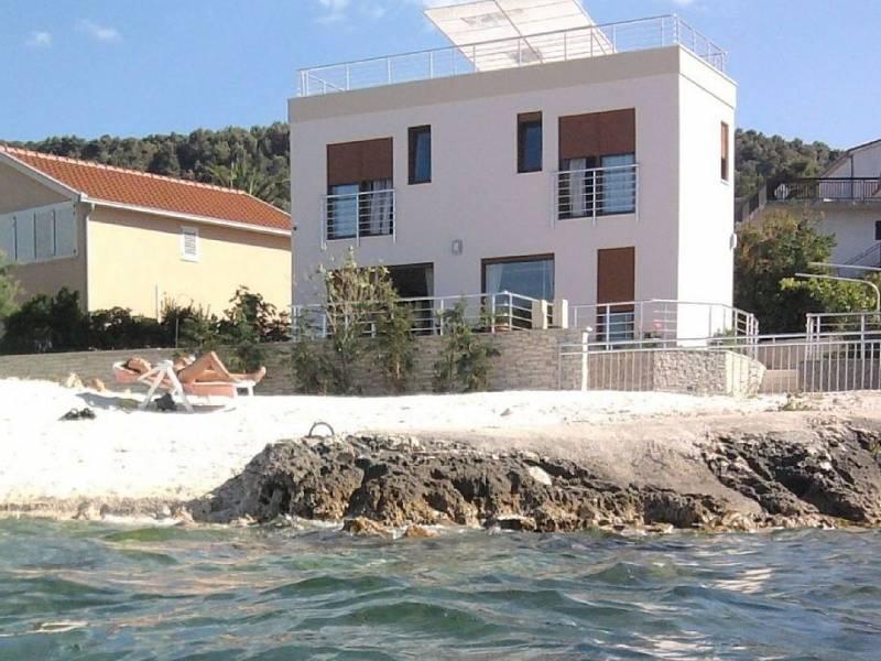 Villa mit Pool in Trogir direkt an Strand, Dalmatien, Kroatien